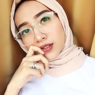 Simpel dan Cantik! Ini Dia 3 Tips Gaya Hijab untuk Wajah Bulat dan Kamu  yang Berkacamata 38d6a83c8f