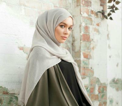 Nah, Ini Dia Kombinasi Warna yang Cocok dengan Hijab Warna Abu-Abu!