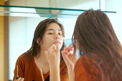5 Langkah Mudah Menutupi Jerawat dengan Make Up