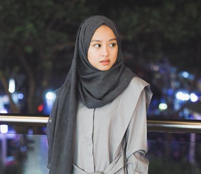 Tutorial Hijab Daily Look untuk Hijabers Berwajah Bulat Supaya Terlihat Lebih Tirus