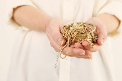 Begini Cara Tepat Merawat dan Membersihkan Perhiasan Emas