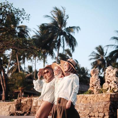 Yuk, Liburan Ke Pantai dengan Gaya Hijab Simple Berikut Ini!
