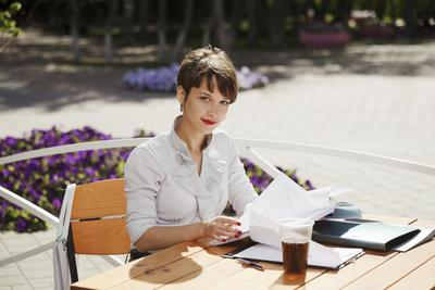 Ingin Terlihat Profesional Ala Wanita Karir? Yuk Ikuti Cara Mudah Ini!