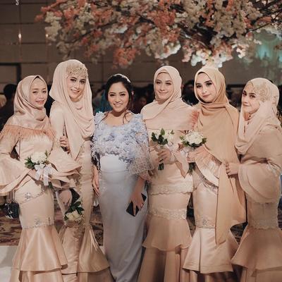 Tampil Kece ke Pesta Pernikahan? Ini Inspirasi Model Gaun untuk Hijabers yang Keren Banget