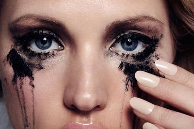 Psst, Biar Enggak Bikin Mata Panda, Cegah Eyeliner Luntur Pakai Cara Ini!