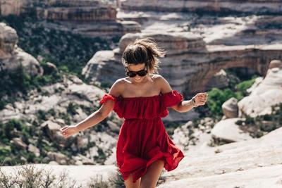 Lima Selebriti Ini Tampil Fashionable dalam Balutan Model Off Shoulder Dress Kekinian