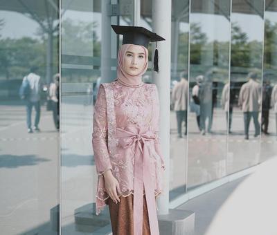 Tinggalkan Model Lama, Ini Inspirasi Kebaya Modifikasi Muslimah untuk Pilihan Wisuda Kamu
