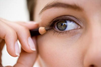 Gampang Banget, Ini Dia Tutorial Eyeliner Pensil untuk Dapatkan Hasil yang Cantik Natural