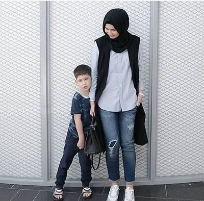 Tampil Modis Dengan Padu Padan Vest Hijab Monochrome Ala Rani Hatta