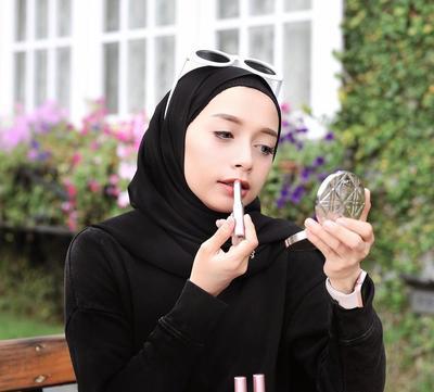 Ini Dia Pilihan Warna Lipstik yang Cocok dan Jadi Favorit Hijabers Berkulit Putih Versi Selebgram