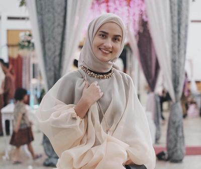 Tak Melulu Kebaya, Atasan Organza Hijab Ini Cocok Banget Menemani Kamu Kondangan Lho