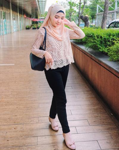 Cantik Dan Feminim Intip Padu Padan Hijab Style Warna Peach Ala