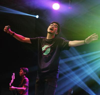 Ganteng dan Kharismatik, 5 Vokalis Grup Band Populer Indonesia Ini Paling Banyak Fansnya!