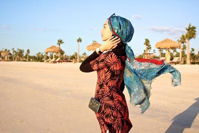 Ini 5 Gaya Hijab Anti Ketinggalan Zaman dan Instagramable untuk Outfit Stylish Saat ke Pantai