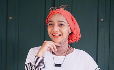 Cantik dan Beda, Hijab Turban ala Chiki Fawzi ini Jadi Inspirasi Gaya Anak Muda!