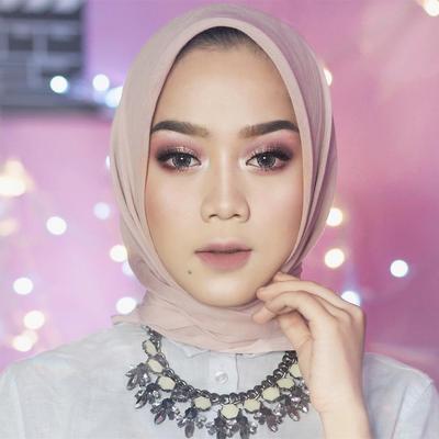 Tak Menyamakan dengan Leher, Begini Cara Memilih Warna Foundation yang Tepat untuk Hijabers