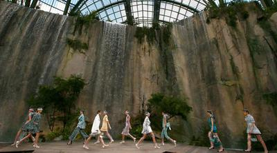 Bikin Takjub dan Jadi Pusat Perhatian, Chanel Bawa Air Terjun Ke Paris Fashion Week Kemarin!