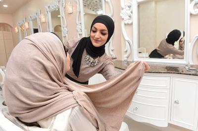 Aman untuk Buka Hijab, Ini Rekomendasi Salon Khusus Wanita Berhijab yang Bisa Kamu Datangi