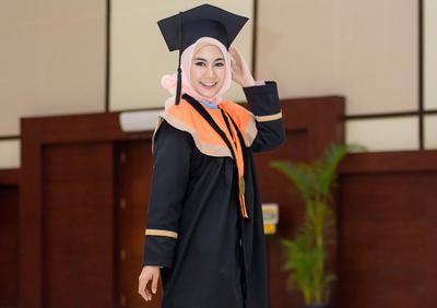 Tampil Beda dari yang Lain Saat Wisuda, Kebaya Dress Hijab Anisa Rahma Kini Jadi Sorotan