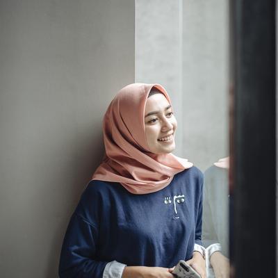 Tips Gaya Foto Candid Dengan Hijab Yang Bagus Supaya Bisa Terkenal