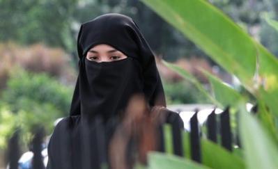 Dalam 3 Film Ini, Artis Indonesia Non Muslim Tunjukkan Totalitas Beraktingnya dengan Berhijab!