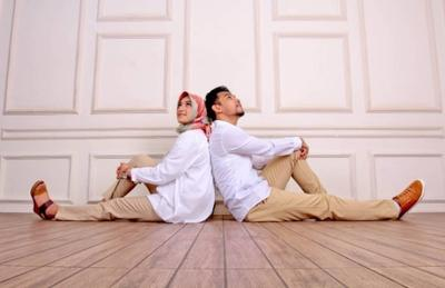 Untuk Hasil Sempurna, Ini Dia Konsep Foto Pre-Wedding Hijab yang Cocok untuk Tema Studio!