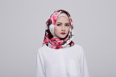 Tak Harus Selalu Sama, Namun Ini Tips Memilih Warna Lipstik Agar Sesuai dengan Warna Hijab