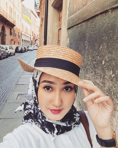 Contek Nih 4 Inspirasi Gaya Hijab Topi Buat Ootd Kamu Di Luar