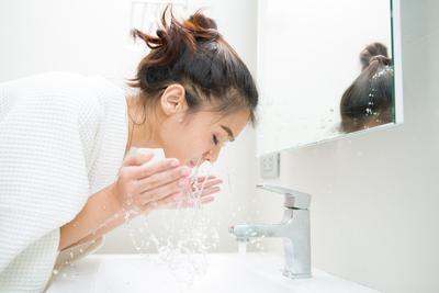 Ladies, Inilah yang Akan Terjadi Jika Kamu Sering Mencuci Muka di Siang Hari