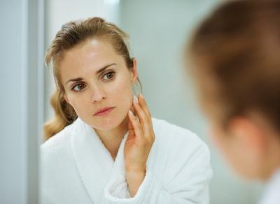 Apakah Kosmetik yang Kamu Pakai Menyebabkan Wajah Breakout? Cek Tanda-tandanya Disini!