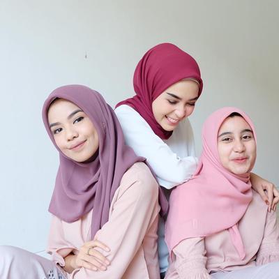 Ini Dia Warna-Warna Hijab yang Bisa Bikin Kulit Wanita Indonesia Terlihat Lebih Cerah