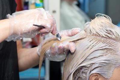Gimana rasanya bleaching rambut? Beneran sakit dan bikin rambut rusak ya?