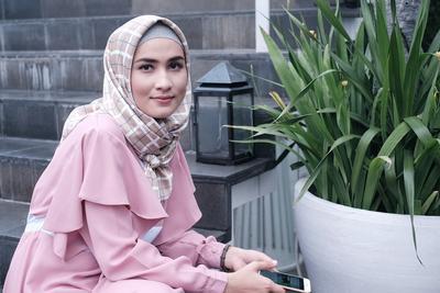 Contek Coat Hijab Style ala Dwihandaanda untuk Kamu yang Ingin Tetap Stylish saat Liburan!