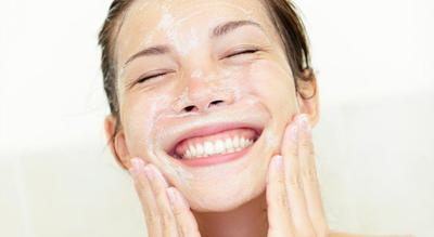 Kalian lebih suka sabun pencuci muka yang berbusa atau enggak guys?