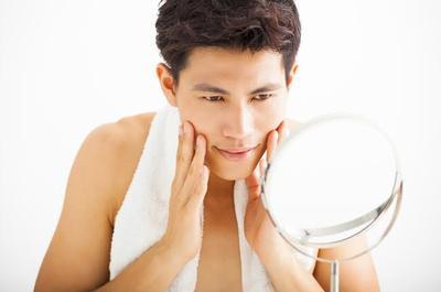 Biar Makin Ganteng dan Charming, Para Pria Juga Perlu Pakai Skincare Ini  Lho!