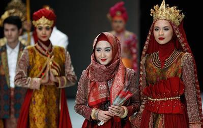 Bangga Banget! 4 Desainer Muslim Ini Sukses Bawa Desain Baju Mereka Mendunia!