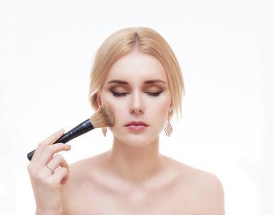 Pemilik Kulit Berminyak, Coba Tutorial Make Up Ini Supaya Make Up Kamu Tahan Lama di Wajah