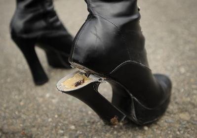 Heels yang Patah Memang Bikin Malu, Tapi Masih Bisa Diatasi Kok Ladies!