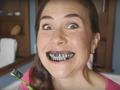 Sikat Gigi Pakai Arang Bikin Gigi Lebih Putih??