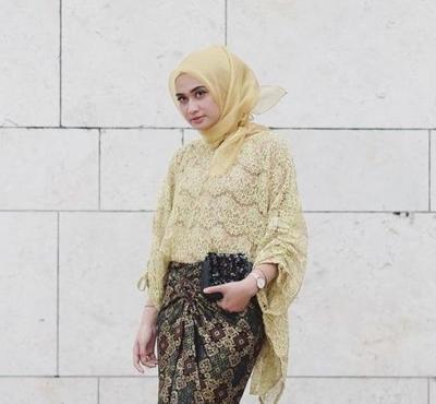 Lagi Kekinian, Atasan Hijab Brokat Ini Banyak Jadi Pilihan Outfit Kondangan Hijabers Remaja