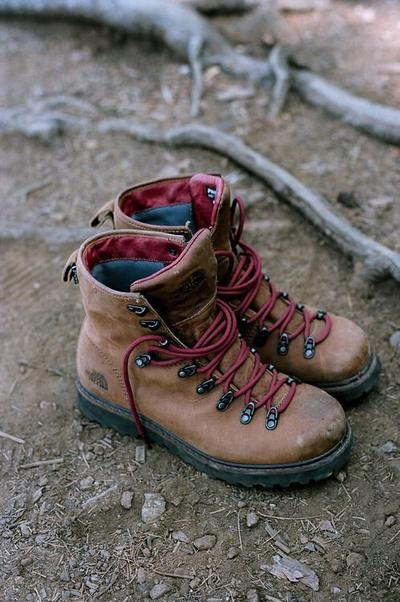 Tips Traveling Naik Gunung #2: Pakai Trekking Boots dan Bawa Sendal Gunung