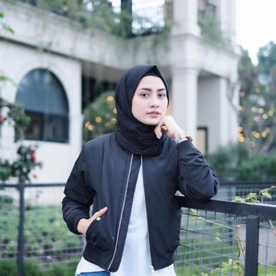 Hijabers, Begini Cara Memadukan Hijab dengan Jaket Bomber Agar Gaya Kamu Makin Kekinian
