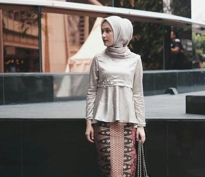 Model Kebaya Hijab untuk Tubuh Kurus Ini Enggak Akan Bikin Ilusi Badan Kamu Makin Tipis