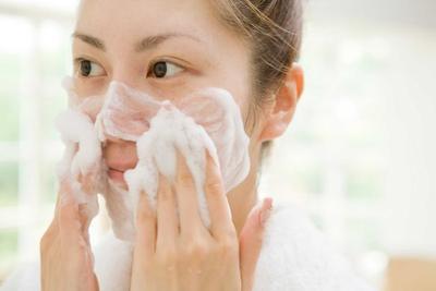 1. Bersihkan Wajah