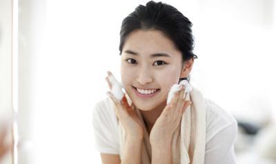 Ladies, Ini Dia Sabun Cuci Muka Drugstore yang Ampuh Mencerahkan Wajah!