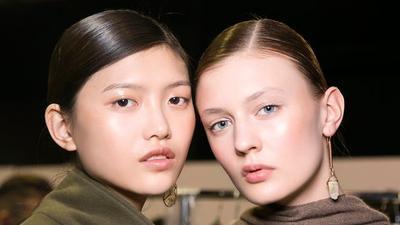Pilih Brush, Beauty Blender atau Jari? Ternyata Ini Perbedaan Hasil di Wajah yang Akan Kamu Rasakan