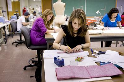 Kamu Lulusan Sekolah Desainer? Selain Desainer, Inilah Profesi yang Bisa Kamu Geluti, Ladies!