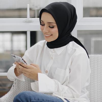 Deretan Pilihan Warna Atasan Hijab Milik Mega Iskanti yang Wajib Kamu Miliki di Lemari
