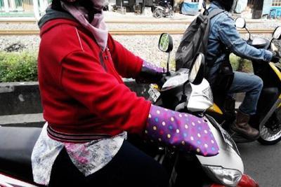 Menurut kalian aman gak pake sarung tangan motor?