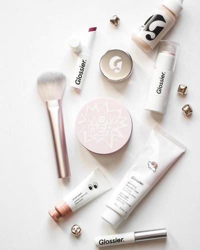 Dari Foundation Hingga Lip Gloss, Tutorial Make Up dengan Produk Glossier Ini Glowing Banget